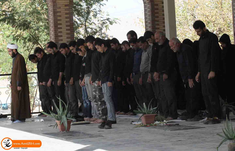عکس/ اقامه نماز ظهر عاشورا در جوار گلزار شهدای ایذه