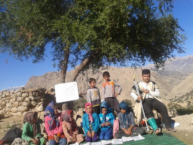 فداکاری یک معلم خوزستانی برای تعلیم دانش آموزان عشایری+عکس