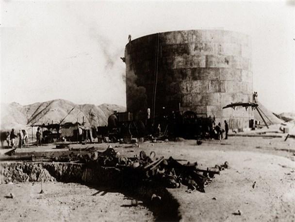 نخستین تصاویر از روز اکتشاف نفت در مسجدسلیمان