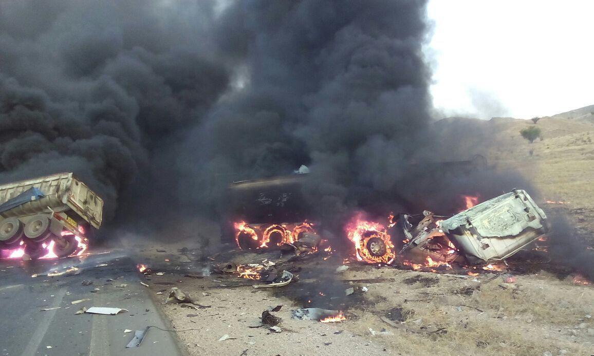 برخورد هولناک دوتریلی در جاده مرگ، دو نفر را زنده سوزاند