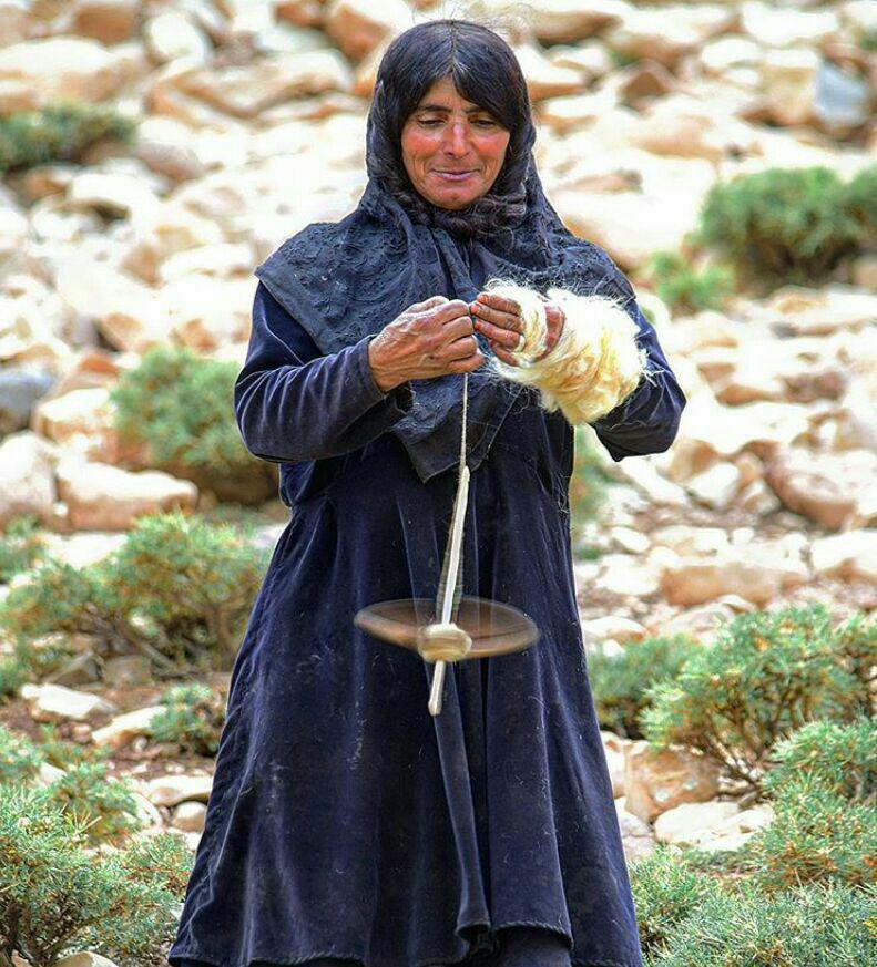 نخ ریسی یکی از زنان عشایر بختیاری در چلگرد