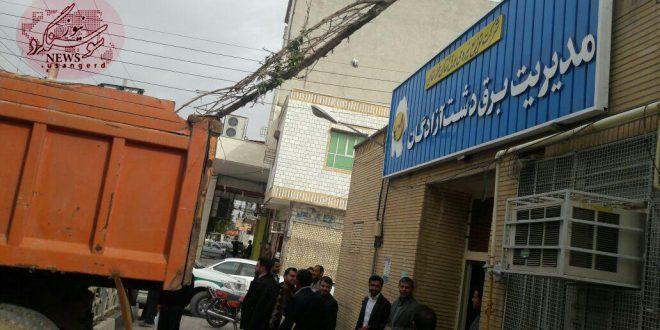 شهرداری سوسنگرد در اقدامی تلافی جویانه درب اصلی اداره برق را مسدود کرد