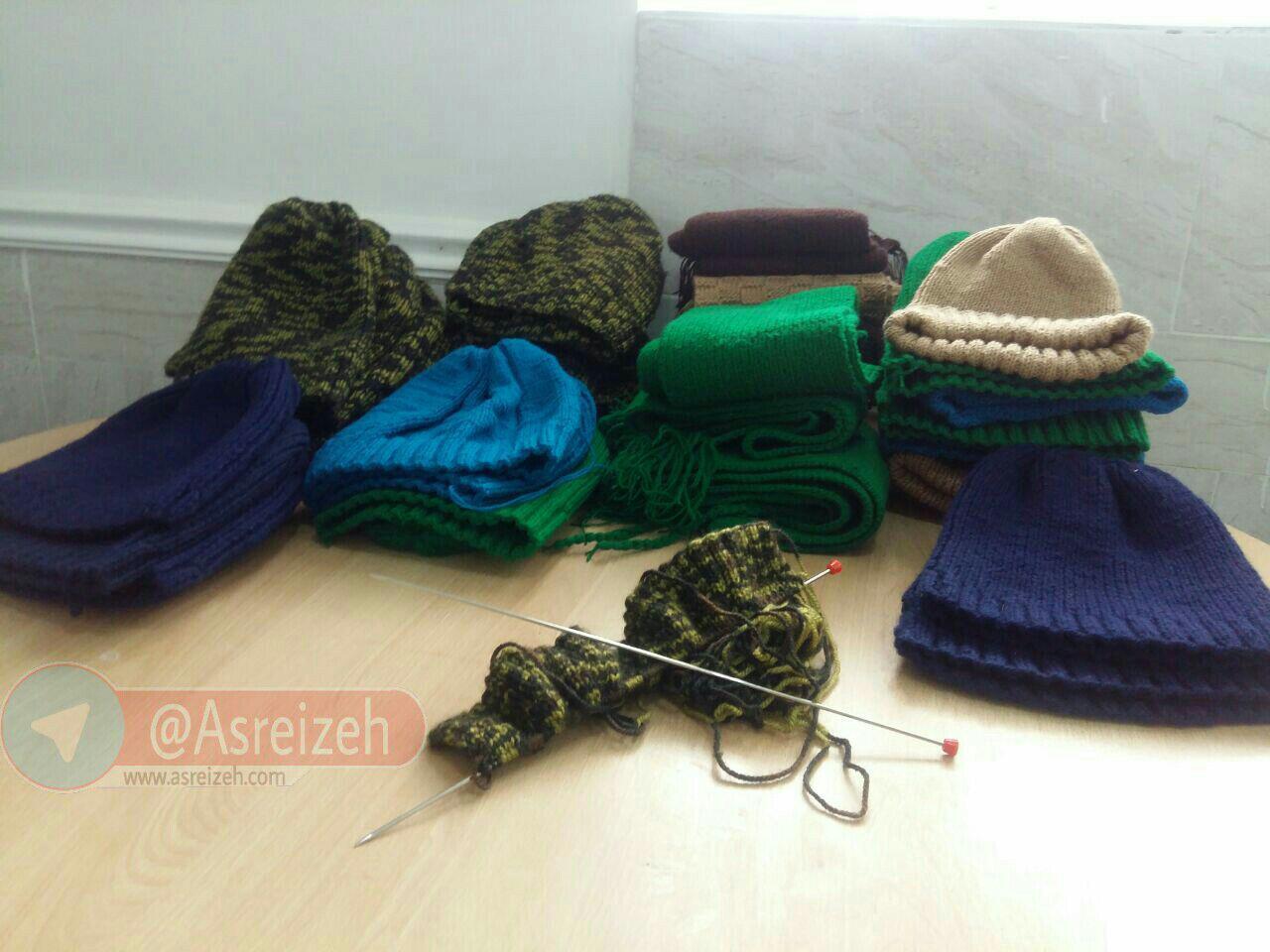بافت شال و کلاه توسط بانوان بسیجی دهدز برای رزمندگان مدافع حرم